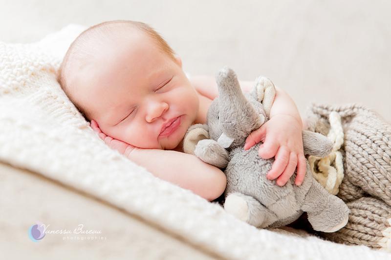 Nouveau-né et sa peluche éléphant - par Vanessa photographe Dijon - 14