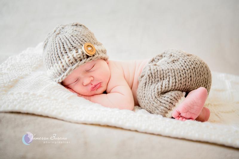Nouveau-né endormi, bonnet et pantalon taupe - 16