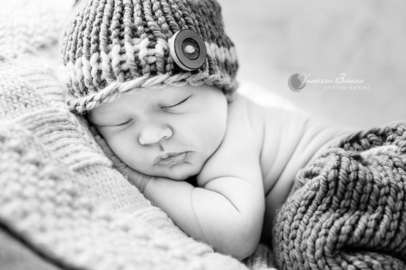 Photographie d'un nouveau-né en noir et blanc, studio photo Dijon - 18
