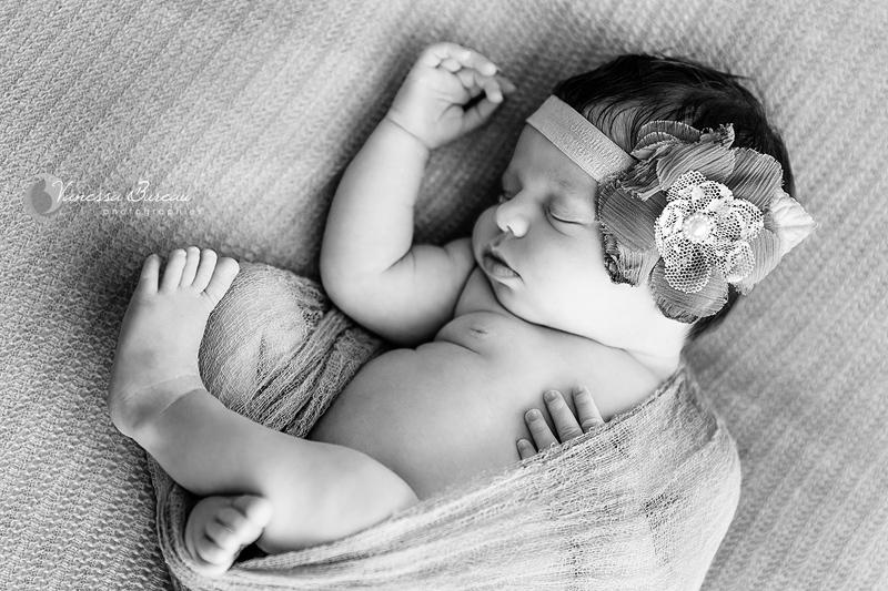 Bébé noir et blanc, position foetale
