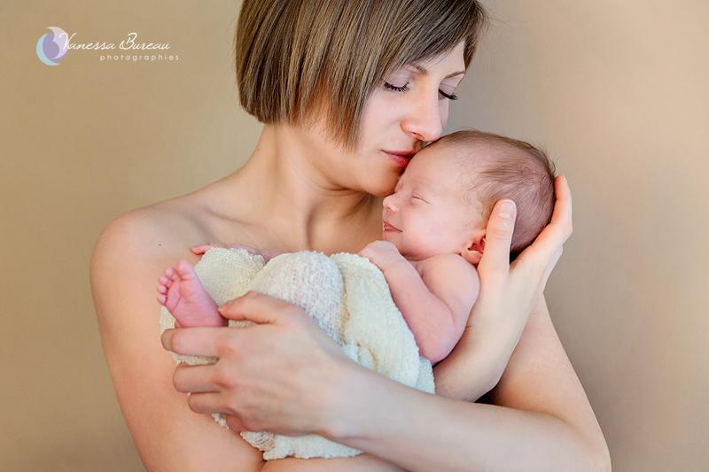 Nouveau-Né sourire dans les bras de Maman