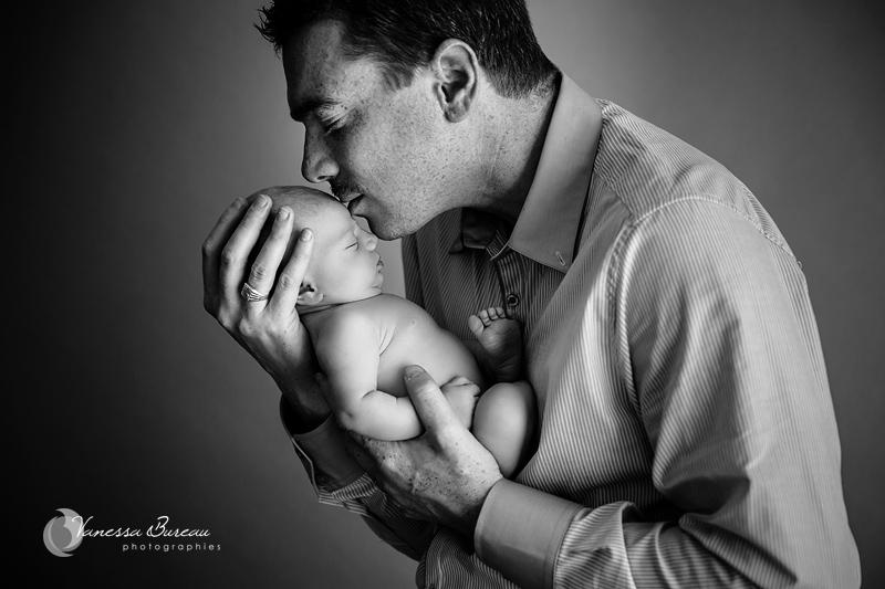 Photo de Nouveau-Né - dans les bras de son papa, noir et blanc - Photographe Dijon
