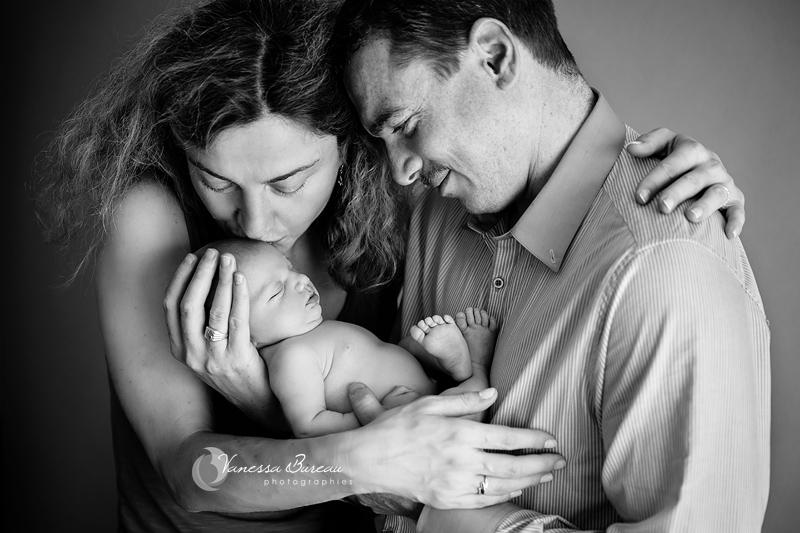 Photo de Nouveau-Né - dans les bras de ses parents, bisou maman - Photographe Dijon