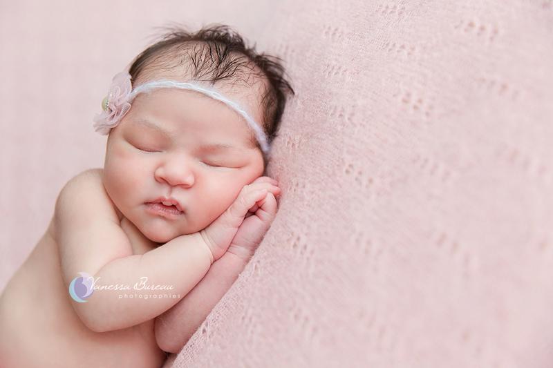 Photo de Bébé - sur le côté, fond rose - Par Vanessa, photographe Dijon