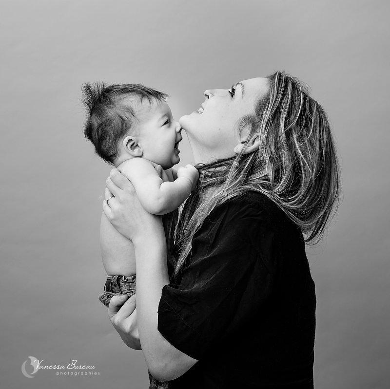 Bébé de 7 mois photographié en studio à Dijon - avec sa maman en noir et blanc