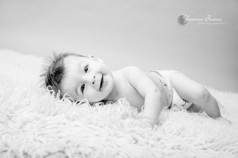 Bébé de 7 mois photographié en studio à Dijon - noir et blanc