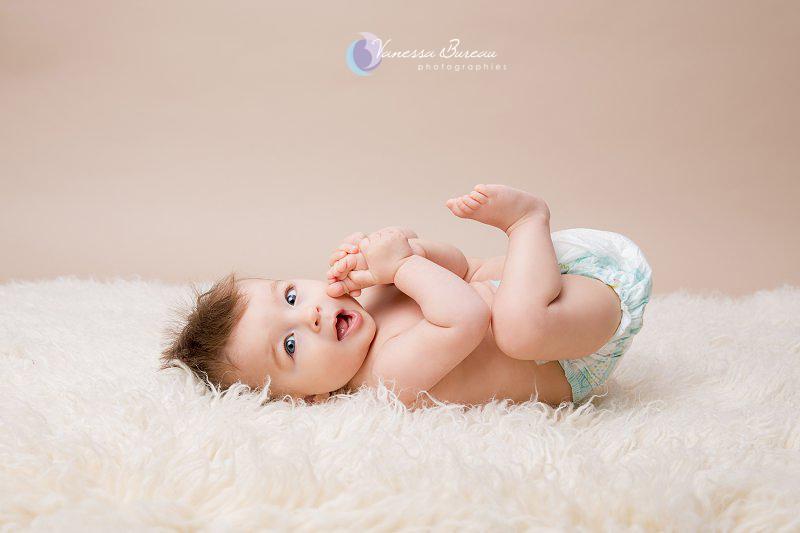 Bébé de 7 mois photographié en studio à Dijon - sur le dos en couche