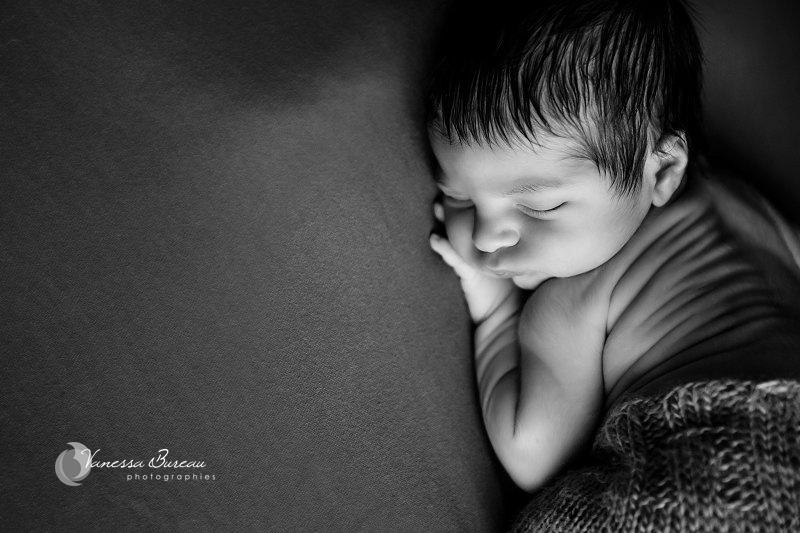 Nouveau-né, photographe Dijon, bébé sur le ventre, gros plan en noir et blanc