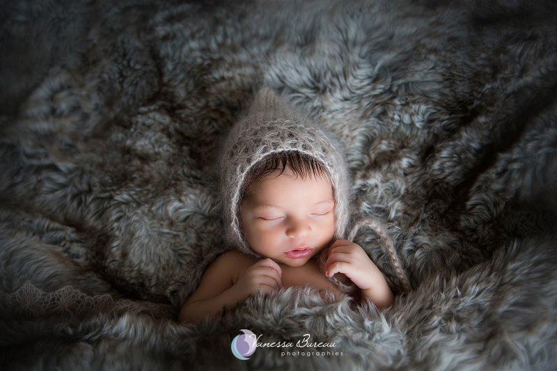 Nouveau-né, photographe Dijon, bébé sur plaid en fourrure, bonnet lutin en mohair
