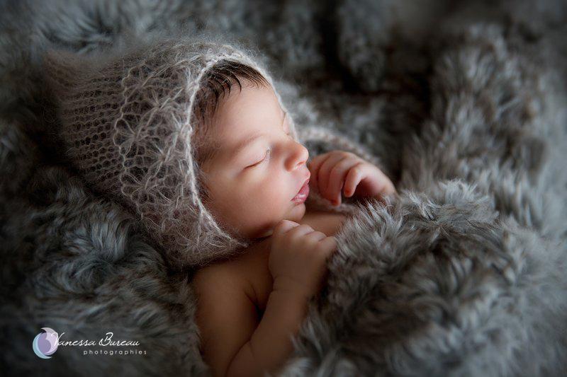 Nouveau-né, photographe Dijon,  bébé sur plaid en fourrure, bonnet lutin