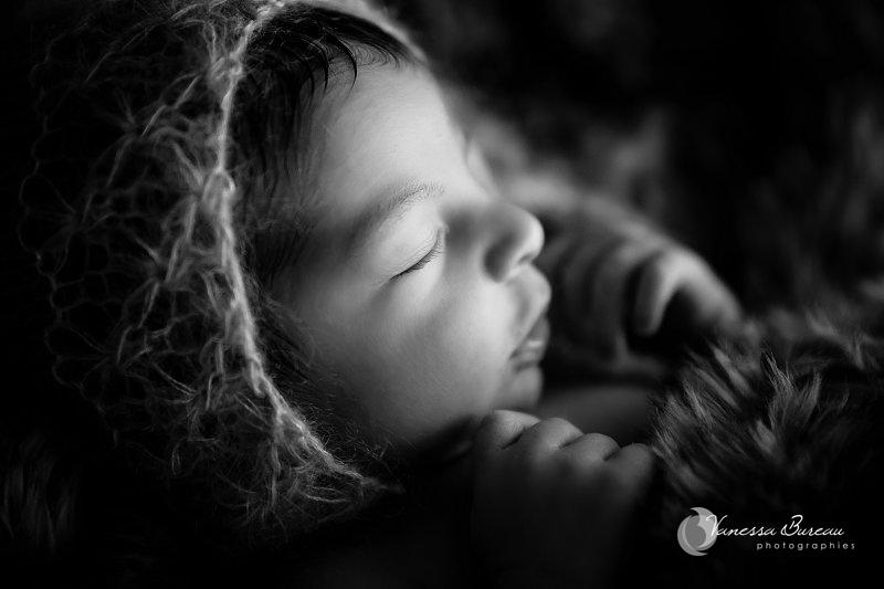 Nouveau-né, photographe Dijon, bébé sur plaid fourrure avec bonnet lutin, noir et blanc