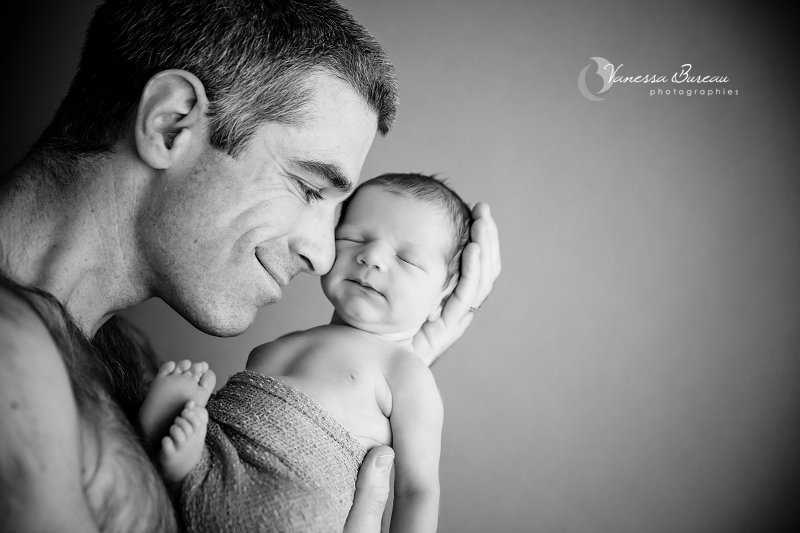 Nouveau-né, photographe Dijon, portrait avec son papa en noir et blanc