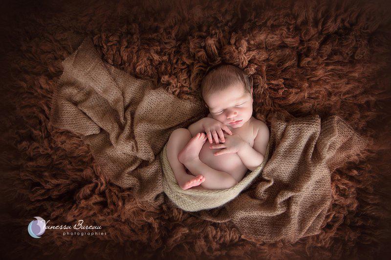 Nouveau-né, photographe Dijon, sur fourrure marron en position foetale