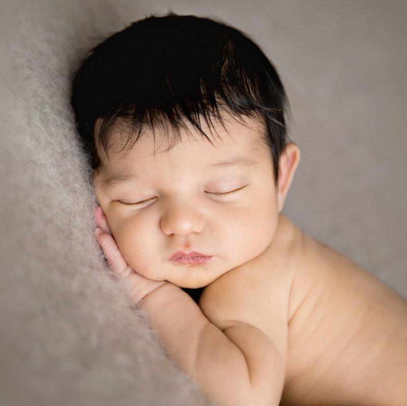 Nouveau-né, photographe Dijon, sur le ventre, gros plan tout simple