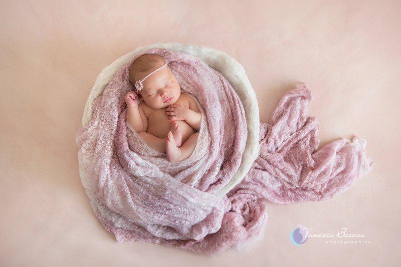 Nouveau-né, photographe Dijon, bébé sur le rond, accessoires roses