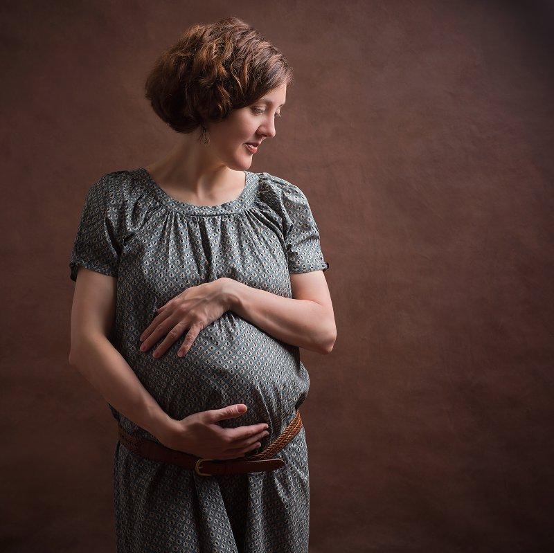 Grossesse Femme enceinte, fond brun, photographe Dijon