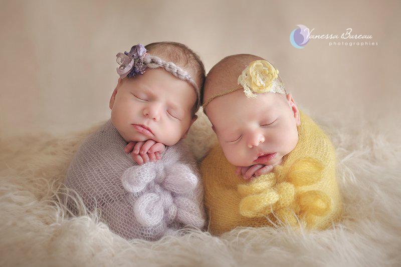 Jumelles nouveau-nés, en jaune et mauve avec bandeau fleur, par Vanessa Photographe à Dijon