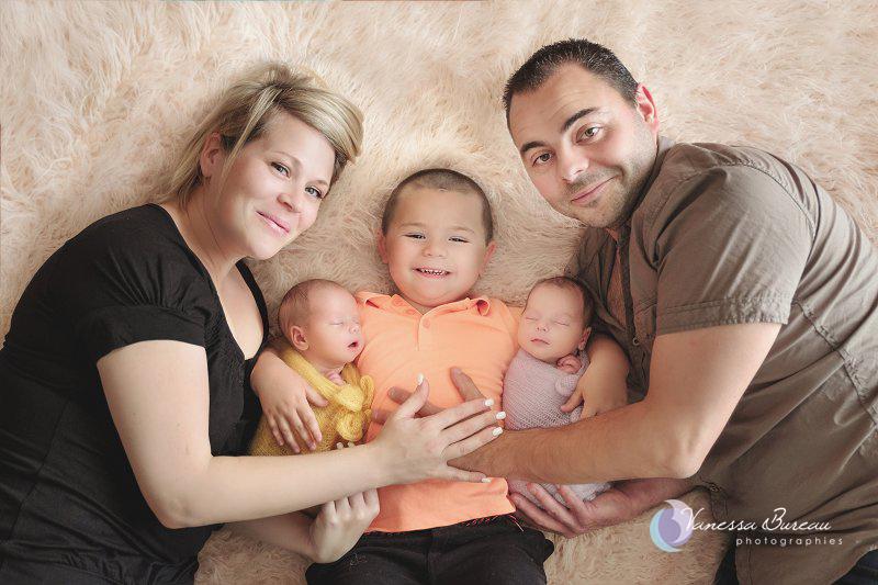 Photo de famille avec les jumelles nouveau-nés, par Vanessa Photographe à Dijon