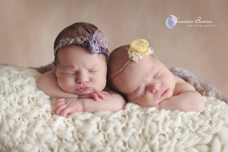 Jumelles nouveau-nés, menton sur les mains, en jaune et mauve, par Vanessa Photographe à Dijon