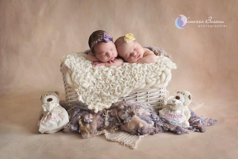 Jumelles nouveau-nés, dans un panier, en jaune et mauve, par Vanessa Photographe à Dijon