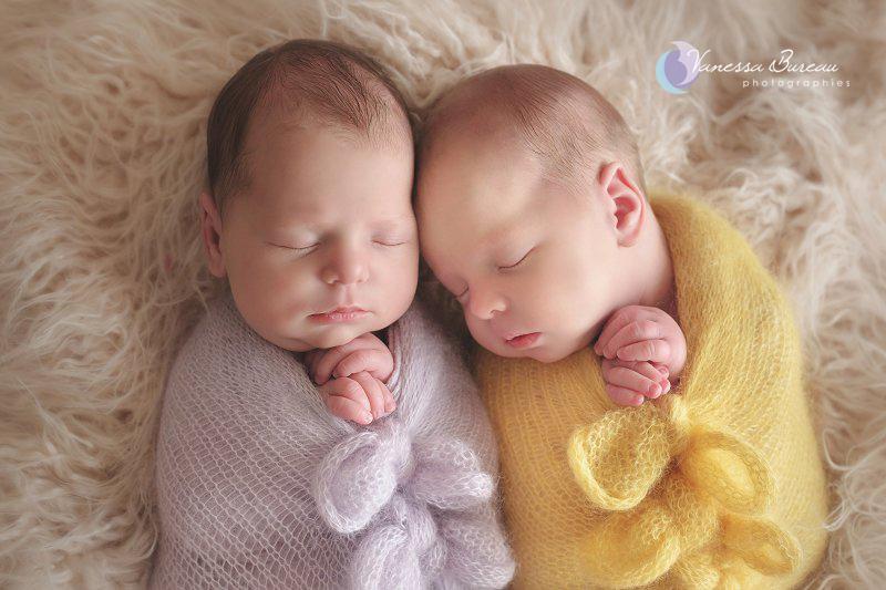 Jumelles nouveau-nés, en jaune et mauve, par Vanessa Photographe à Dijon