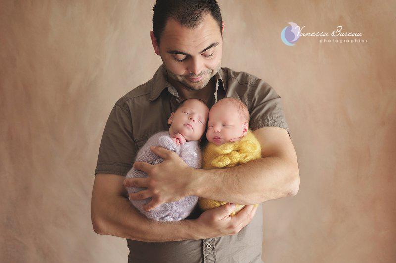 Jumelles nouveau-nés, dans les bras du papa, par Vanessa Photographe à Dijon