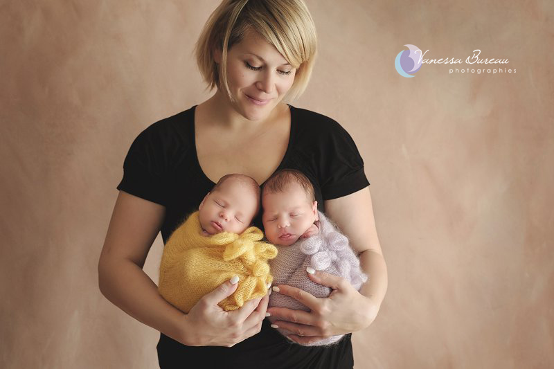 Jumelles nouveau-nés, dans les bras de la maman, en jaune et mauve, par Vanessa Photographe à Dijon