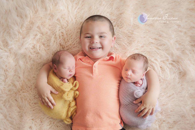 Grand frère avec ses jumelles nouveau-nés, par Vanessa Photographe à Dijon