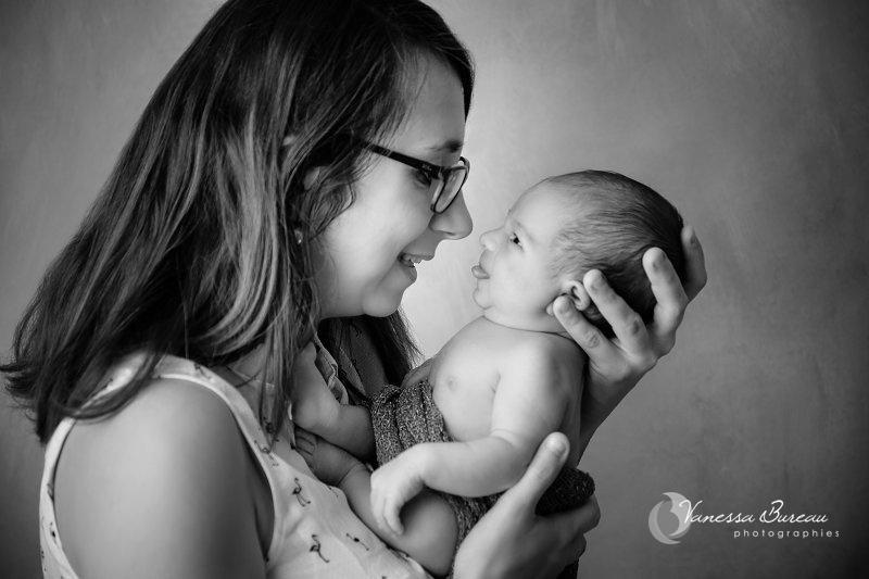 Nouveau-né qui tire la langue à sa maman, noir et blanc