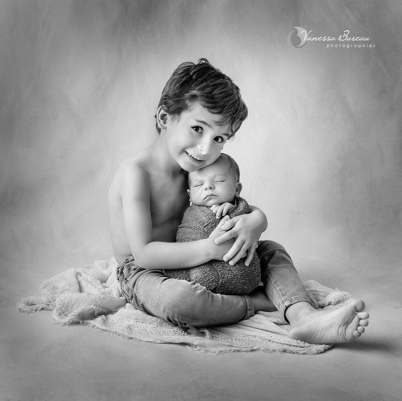 Séance photo bébé Dijon dans les bras de son grand frère