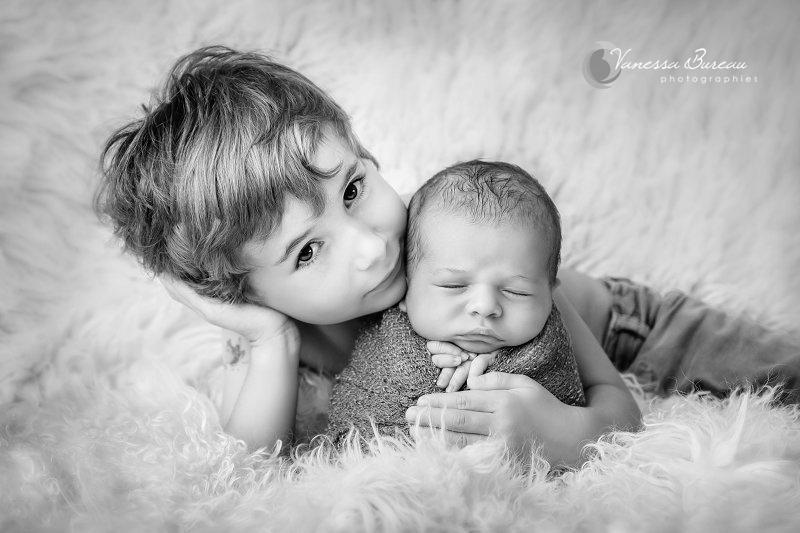 Séance photo bébé Dijon dans les bras de son grand frère - Tendresse