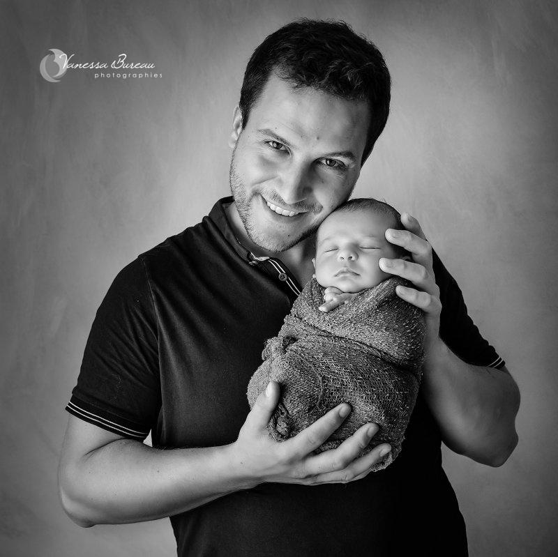 Photo bébé Dijon dans les bras de son papa souriant