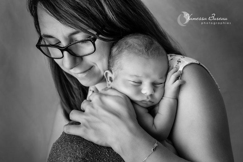 Séance photo bébé Dijon dans les bras de sa maman, tendresse en noir et blanc