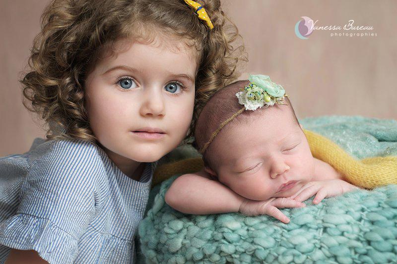Grande soeur et nouveau-né, décor jaune et vert d'eau