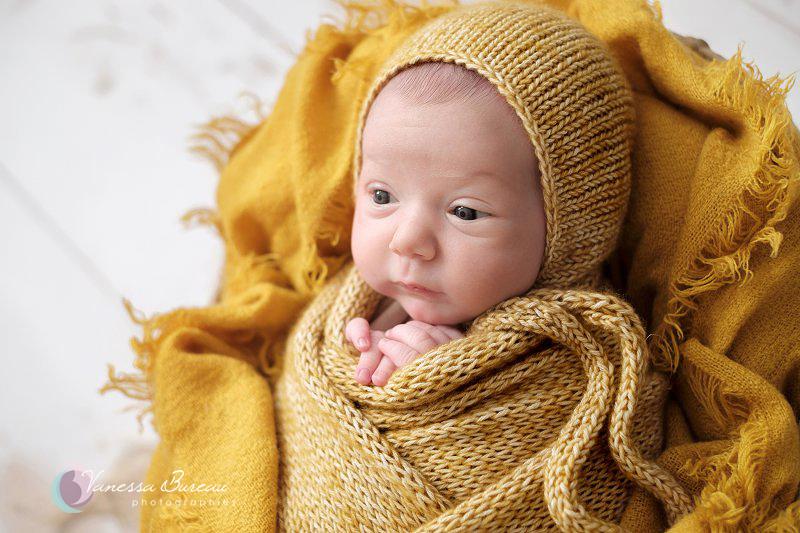 Nouveau-né emmailloté décor jaune bonnet