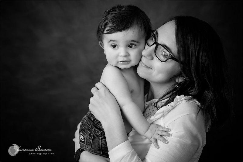 Portrait Bébé 9 mois câlin avec Maman