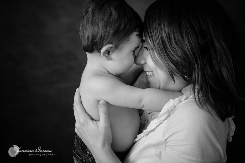 Bébé 9 mois complicité avec Maman, en noir et blanc