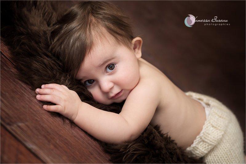 Bébé 9 mois sur tapis en fourrure brune, tout câlin