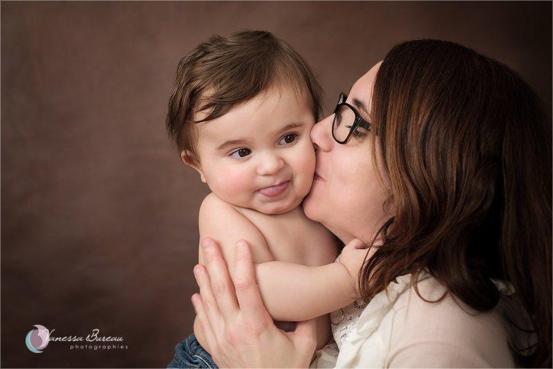 Bébé 9 mois dans les bras de maman