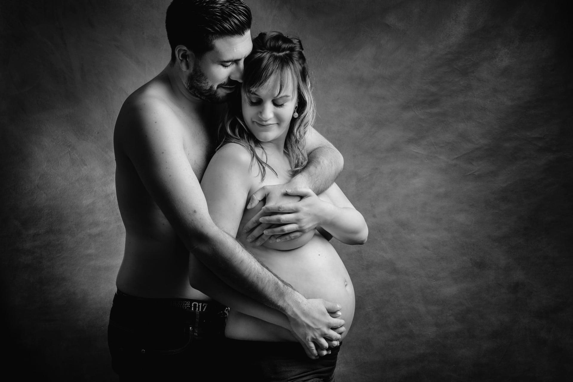 Couple pendant la grossesse en noir et blanc
