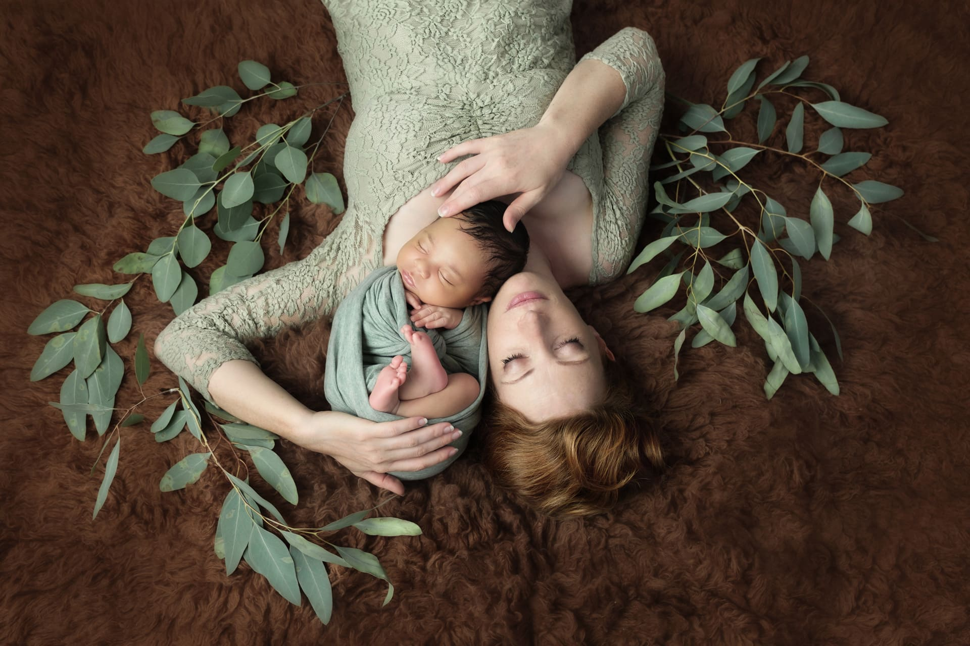Maman avec nouveau-né, feuillage eucalyptus
