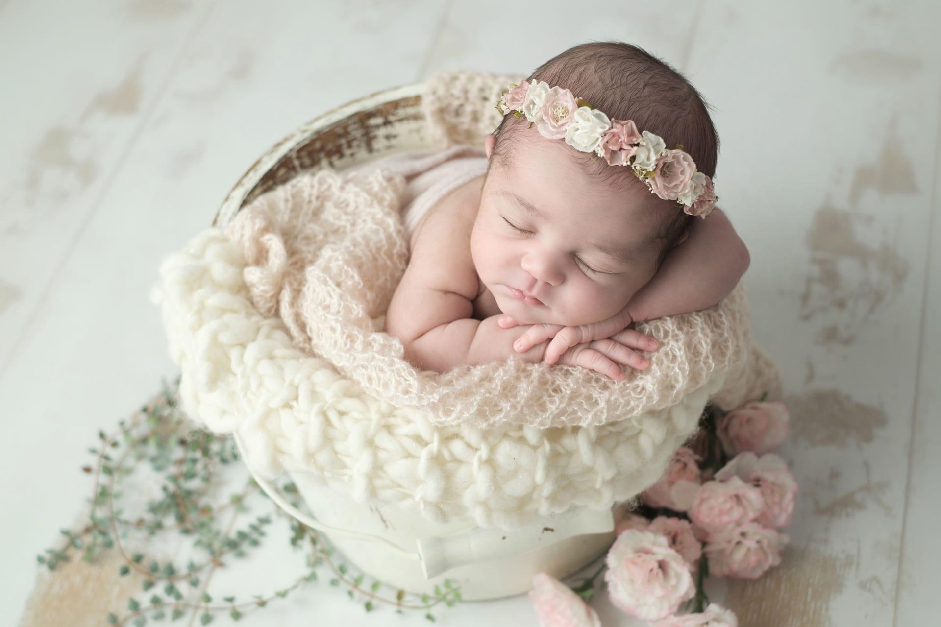 Nouveau-né avec couronne de fleurs blanc et rose