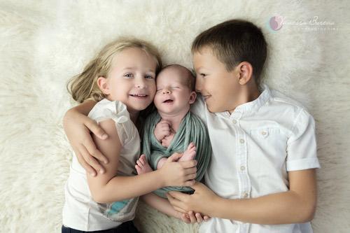 Famille - frère sœur et nouveau-né