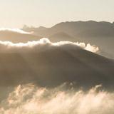 Payage de montagne avec lumière dorée