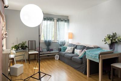 Vue large du studio avec canapé