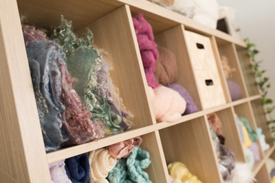 Détail étagère plaids et laine