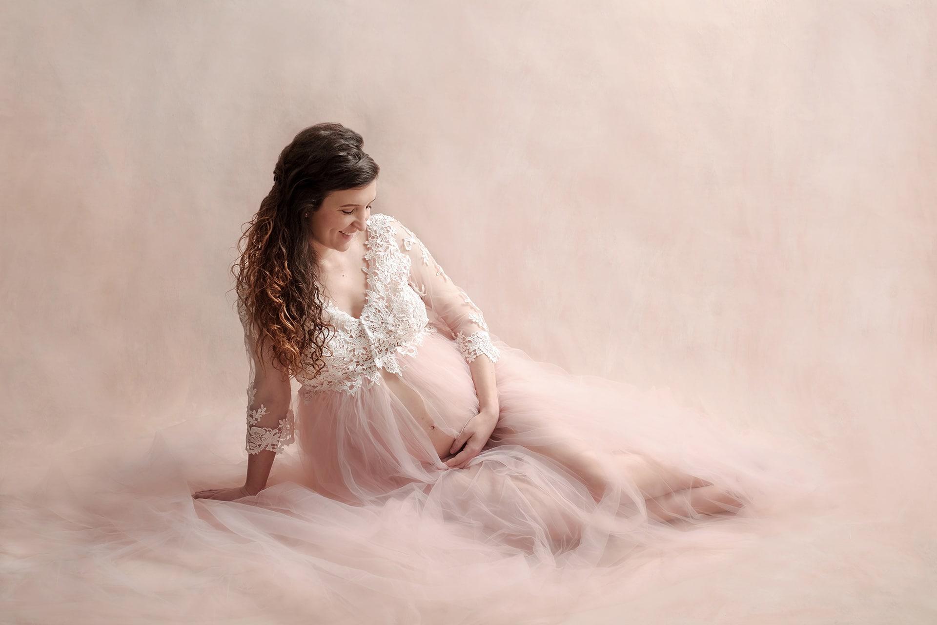 Femme enceinte avec jolie robe dentelle et tulle