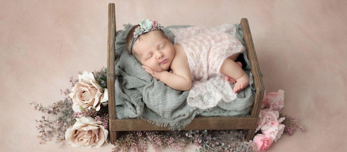 01-nouveau-ne-naissance-lit-fleurs-bebe-photographe-dijon