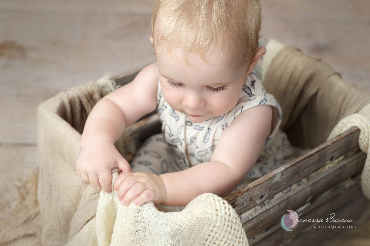 Bébé dans cagette décor beige