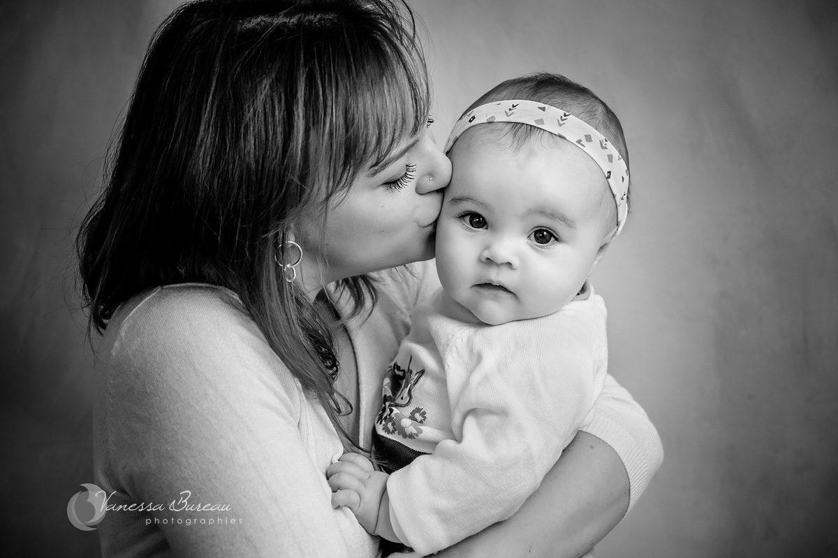 Bébé fille dans bras de maman pour câlin